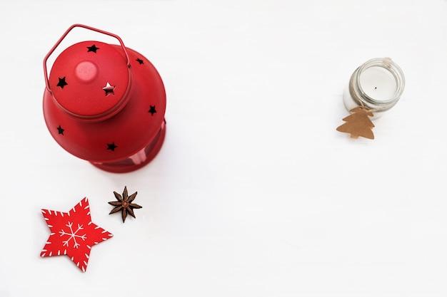 Weihnachtskomposition. rote dekorationen auf weißem hintergrund. weihnachtskerzenhalter