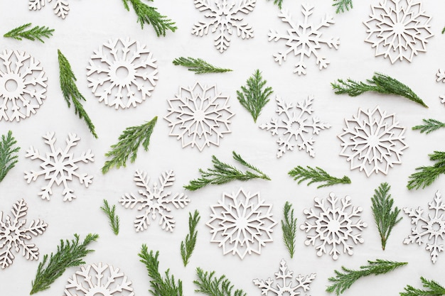 Weihnachtskomposition. schneeflockendekorationen auf weißem hintergrund. weihnachts-, winter-, neujahrskonzept. flache lage, draufsicht.