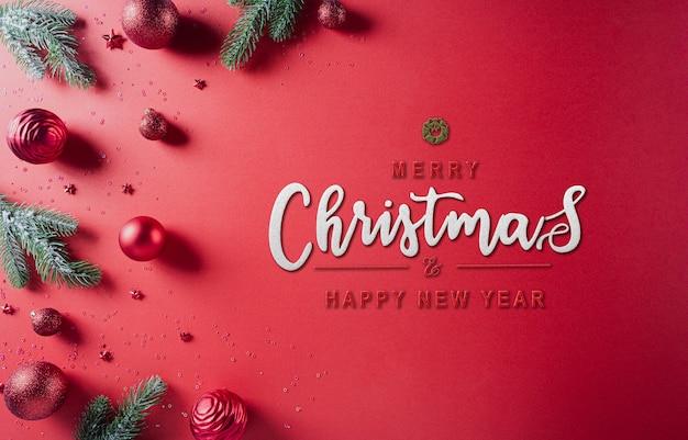 Weihnachtskomposition. tannenbaumzweige, rote kugel und sterne auf rotem hintergrund