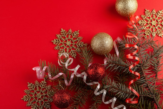Weihnachtskomposition. tannenzweige, rote verzierungen. flache lage, draufsicht, kopierraum