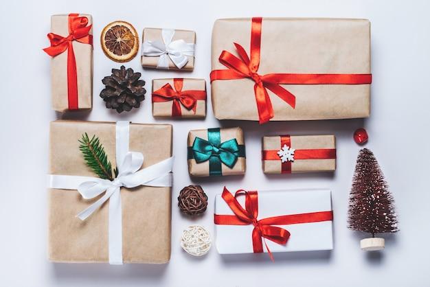 Weihnachtskomposition verschiedener geschenkboxen, eingewickelt in handwerk und weißes papier
