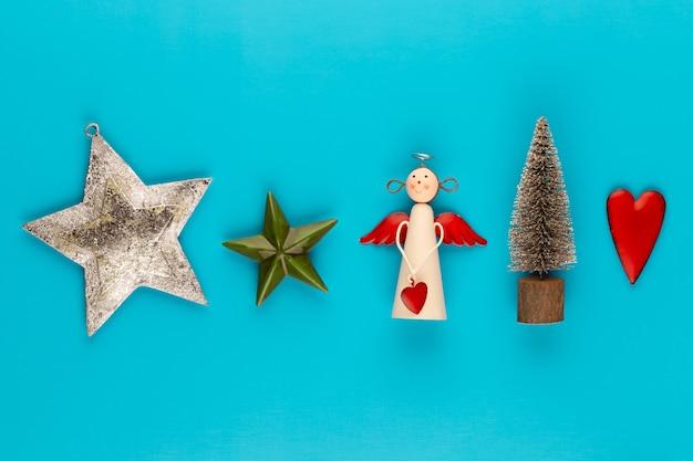 Weihnachtskomposition weihnachtsdekorationen auf farbhintergrund flache lage, draufsicht, kopierraum.