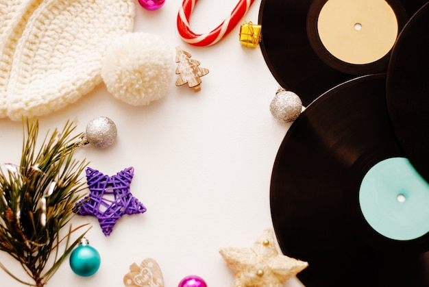 Weihnachtskomposition. weihnachtsdekorationen, -hut und -vinyl auf weißem hintergrund. flachlage, draufsicht