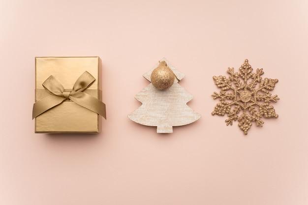 Weihnachtskomposition. weihnachtsgeschenke, flache lage, ansicht von oben.