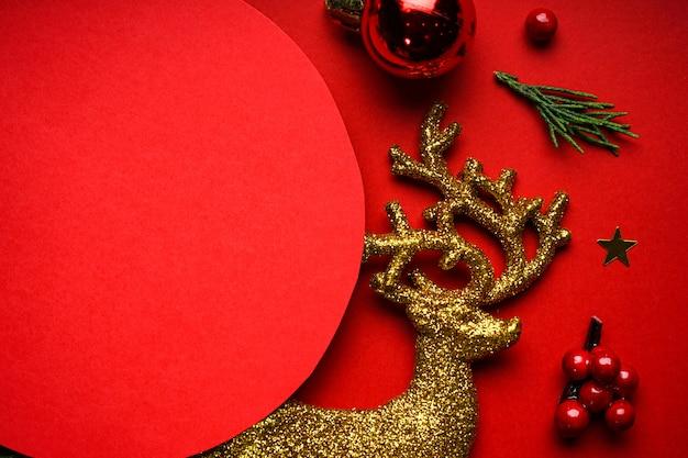 Weihnachtskomposition. weihnachtsgold und rote verzierungen auf rot. copyspace. flach liegen.