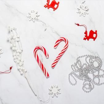 Weihnachtskomposition. weihnachtsschmuck, schneeflocken, hirsche und karamellrohr.