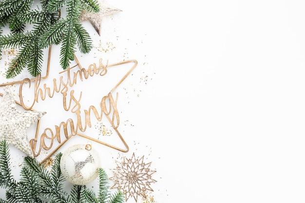 Weihnachtskompositionsdekorationen auf weißem hintergrund