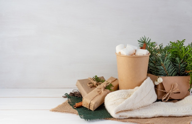 Weihnachtskompositionskakao mit marshmallows auf einem weißen hintergrundgeschenke kopieren raum
