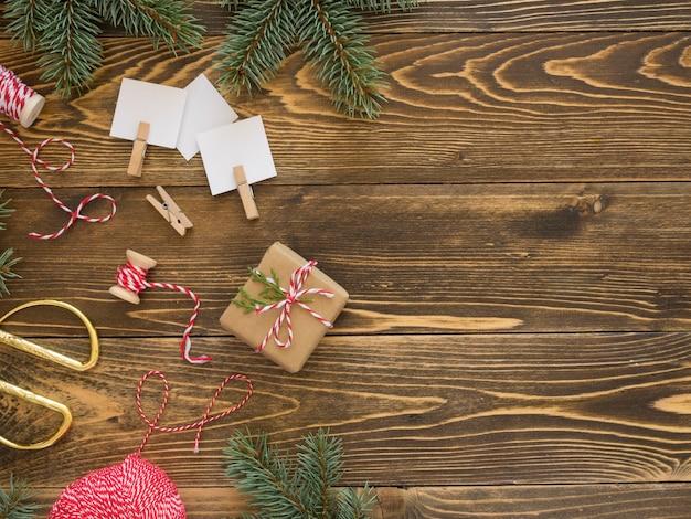 Weihnachtskonzept auf holztisch mit kopienraum