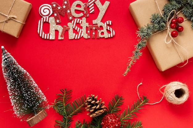 Weihnachtskonzept auf rotem hintergrund
