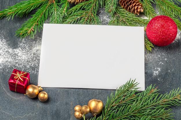Weihnachtskonzept des schreibens von zielen, pläne, brief an santa claus, wünsche. blatt papier unter dekorationen. weihnachten, winterurlaub, neujahrskonzept. flaches lay-modell für ihre kunst- oder handbeschriftung