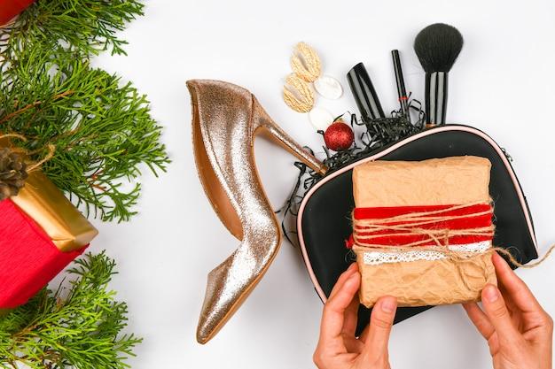Weihnachtskonzept für die geschenke der frauen.