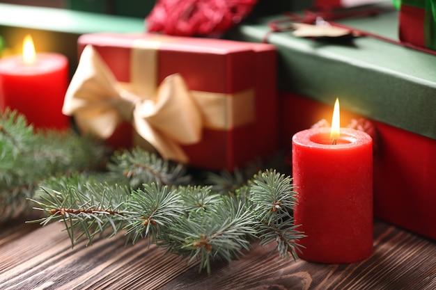 Weihnachtskonzept. geschenkboxen und dekorationen auf holztisch, nahaufnahme