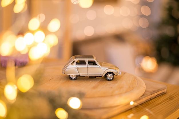 Weihnachtskonzept, minispielzeugauto mit geschenkbox auf dem dach.