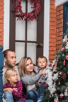 Weihnachtskonzept mit bewundernswertem weihnachtsbaum der familie