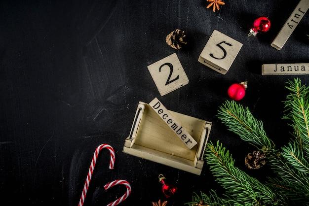 Weihnachtskonzept mit dekorationen, tannenbaumaste, mit kalender am 25. dezember