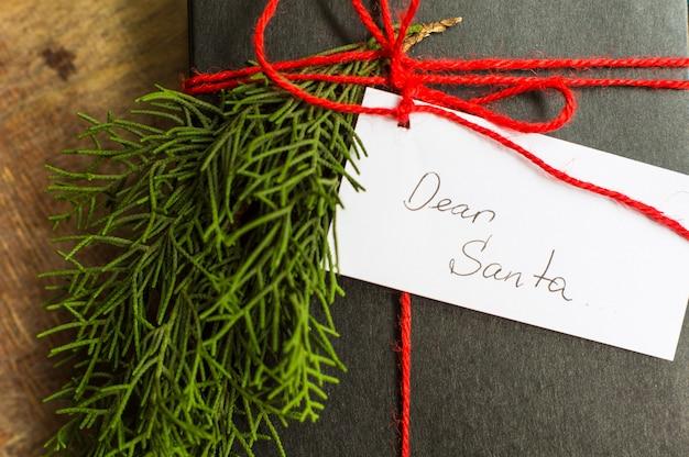 Weihnachtskonzept mit geschenkbox für sankt