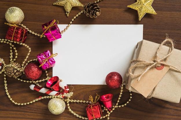 Weihnachtskonzept mit geschenkbox nahe bei buchstaben
