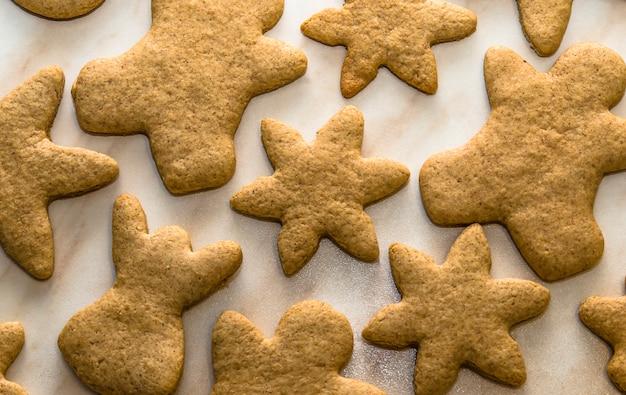 Weihnachtskonzept mit hausgebackenen keksen in der küche