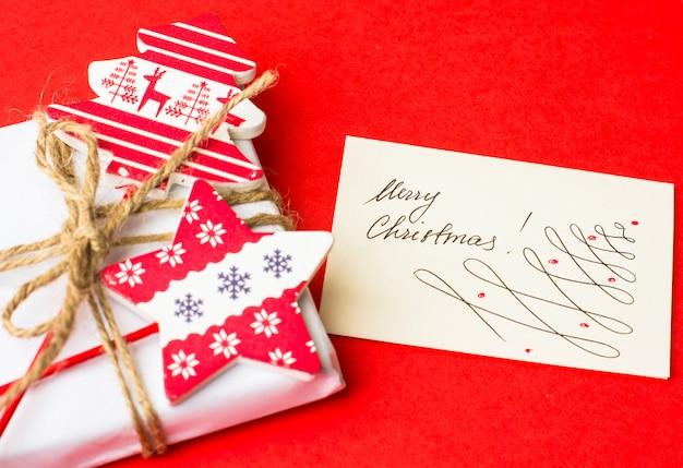 Weihnachtskonzept mit verzierter geschenkbox