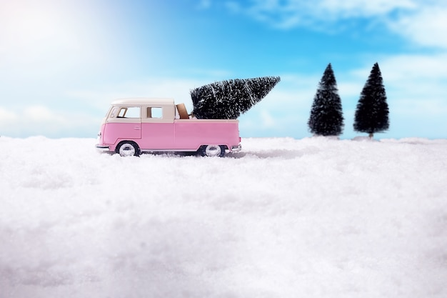 Weihnachtskonzept. weihnachtsdekoration, kiefernkegel auf schnee mit himmelhintergrund. weicher fokus, langsames licht (selektiver fokus).
