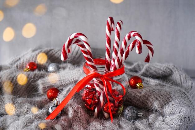 Weihnachtskonzept. weihnachtskomposition mit süßigkeiten und weihnachtsdekorationen auf grauem plaid.