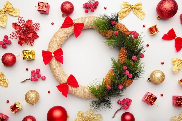 Weihnachtskränze und dekorationen