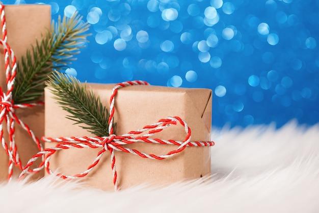 Weihnachtskraft geschenkbox auf blau funkelnder oberfläche