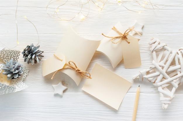 Weihnachtskraftpapier-geschenkboxen mit tag auf hölzernem
