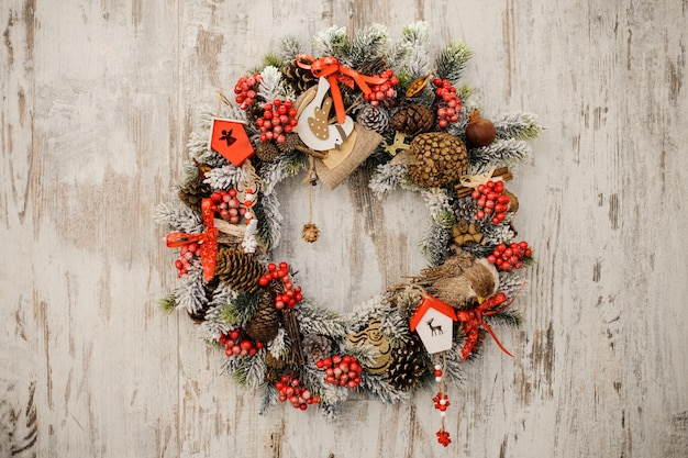Weihnachtskranz an einer rustikalen hölzernen haustür.