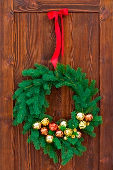Weihnachtskranz auf braunem holz