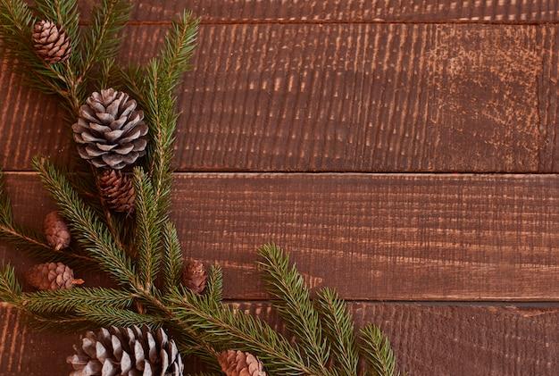 Weihnachtskranz auf dem tisch liegend