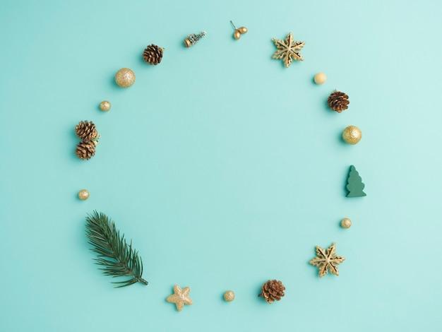 Weihnachtskranz auf hellblauem hintergrund. draufsicht