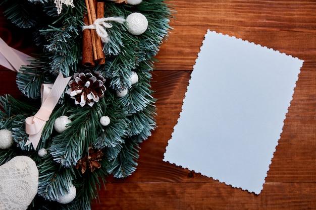 Weihnachtskranz auf hölzernem hintergrund mit leerem buchstaben