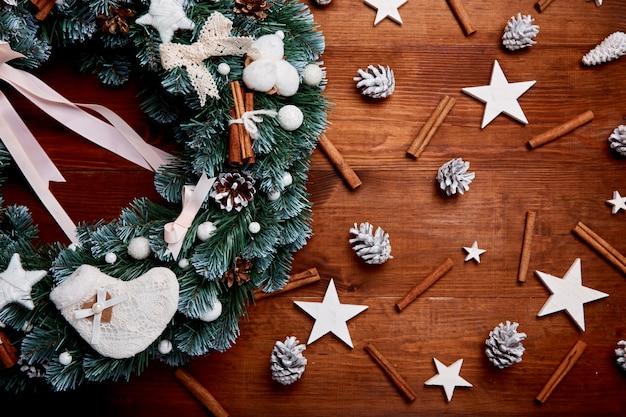 Weihnachtskranz auf hölzernem hintergrund