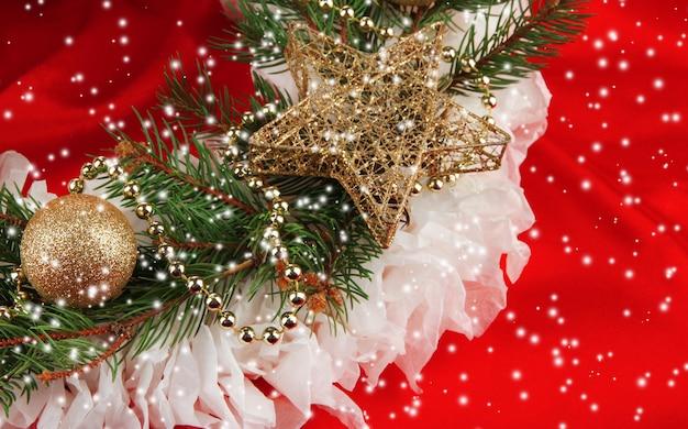 Weihnachtskranz auf stoffhintergrund