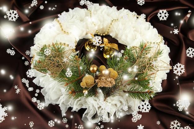 Weihnachtskranz auf stoffoberfläche
