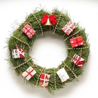 Weihnachtskranz auf weißem grund