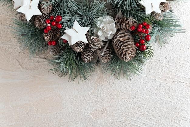 Weihnachtskranz auf weißem hintergrund. kopierraum für neujahrsmuster.