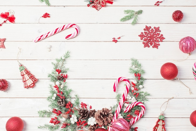 Weihnachtskranz auf weißem holzhintergrund
