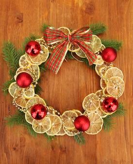 Weihnachtskranz aus getrockneten zitronen mit tanne und kugeln