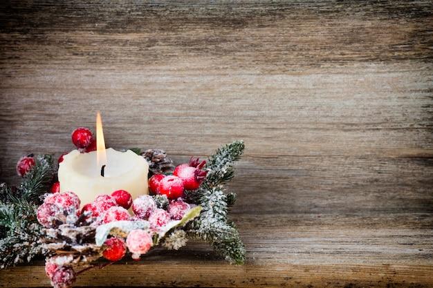 Weihnachtskranz aus roten beeren, einem pelzbaum und zapfen