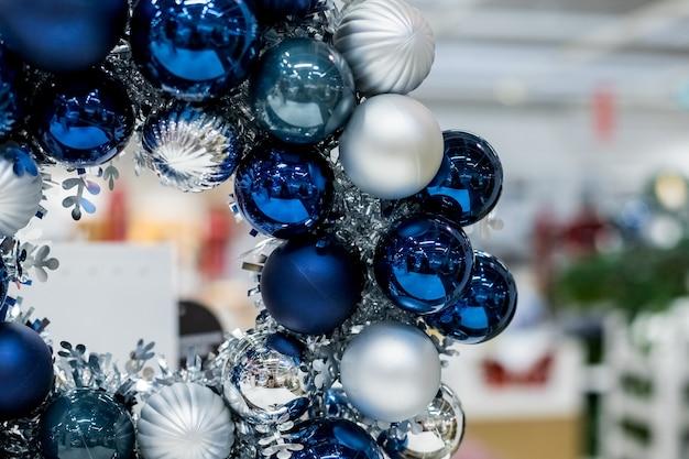 Weihnachtskranz aus silber und blauem glas