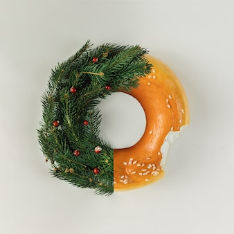 Weihnachtskranz aus tannenzweigen und bagel. flach liegen. urlaubskonzept.
