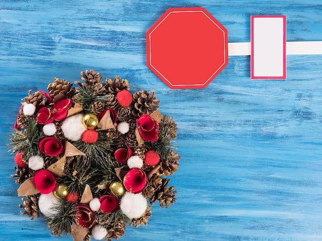 Weihnachtskranz handgemacht auf einem hölzernen hintergrund. festliche lichter der girlande.