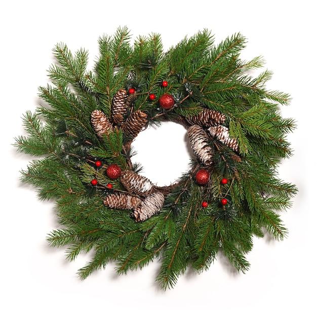 Weihnachtskranz hautnah auf weiß isoliert