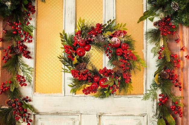 Weihnachtskranz in der tür hängen