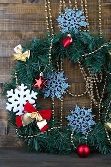 Weihnachtskranz mit dekoration