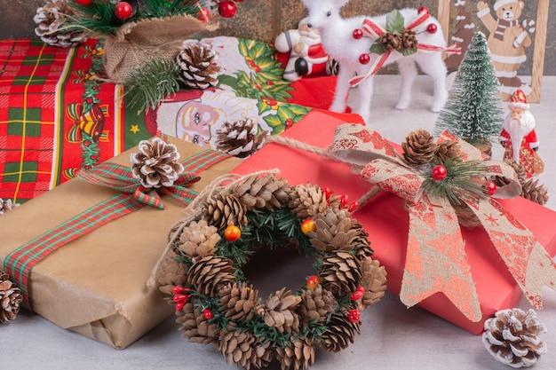 Weihnachtskranz mit geschenkboxen auf weißer oberfläche