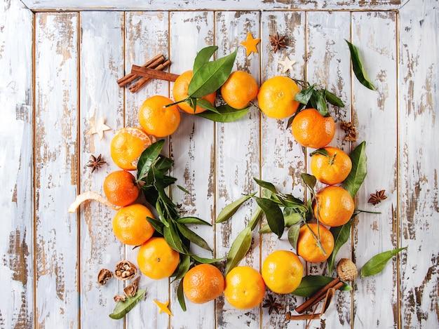 Weihnachtskranz mit mandarinen